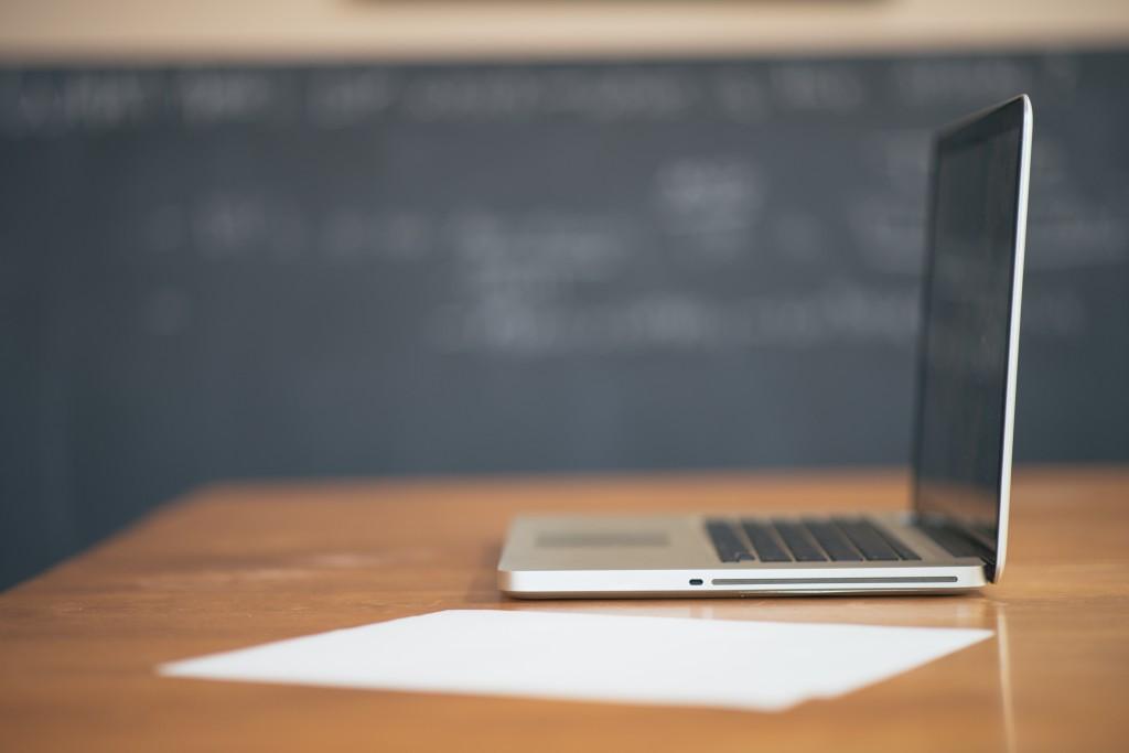 apple desk laptop working